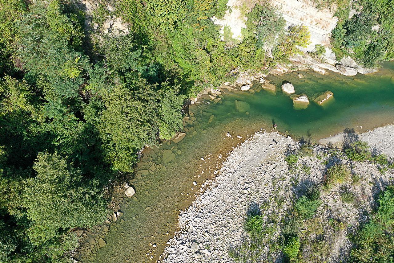 Ansa del fiume, foto da drone, pescatore, emilia, Castel del Rio