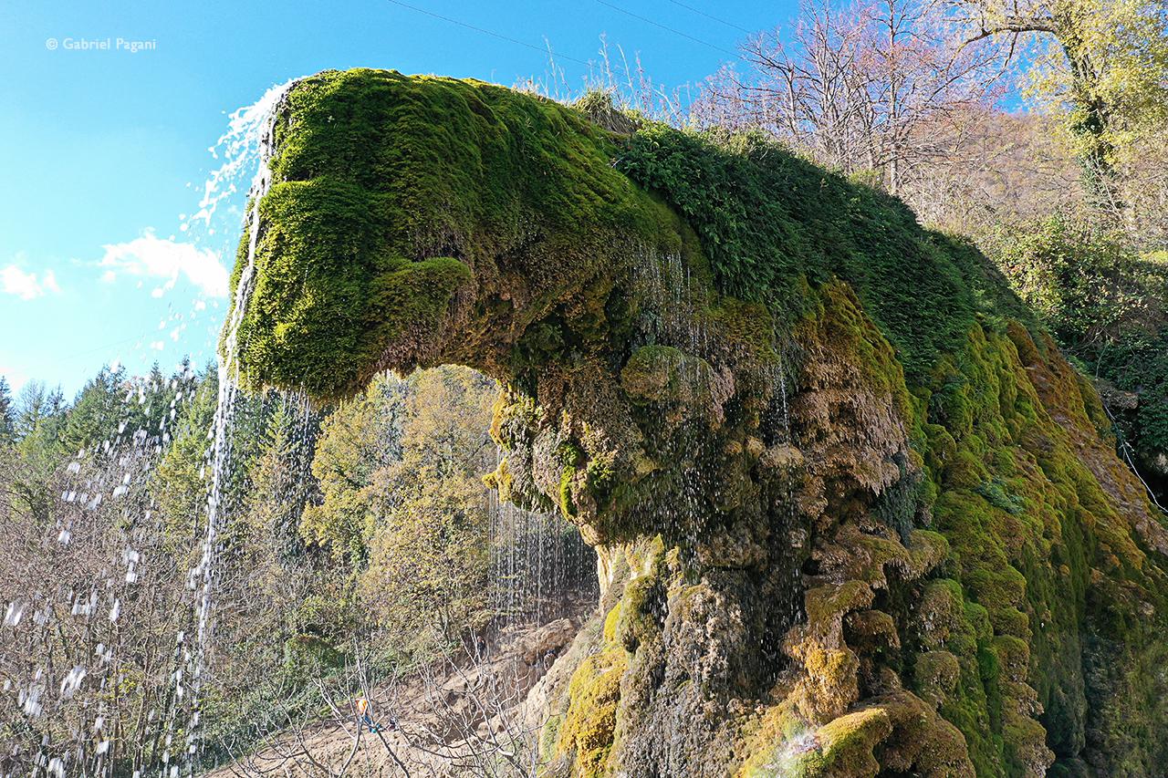 Formazione naturale di calcare, Labante, cascate, foto da drone